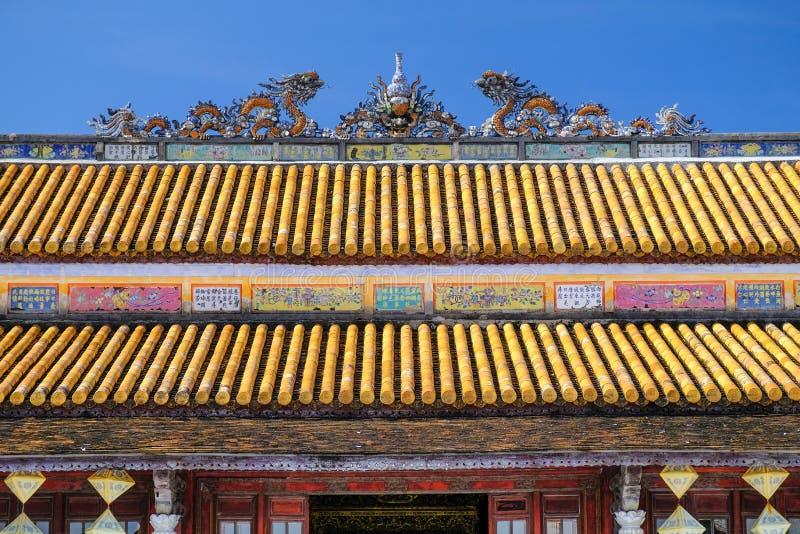Traditionele sierdaken met kleurrijke tegels in een tempel complex in de Citadel van Tint, Vietnam royalty-vrije stock foto