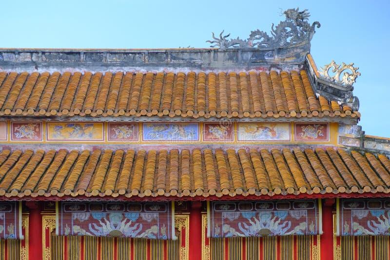 Traditionele sierdaken met kleurrijke tegels in een tempel complex in de Citadel van Tint, Vietnam stock foto's