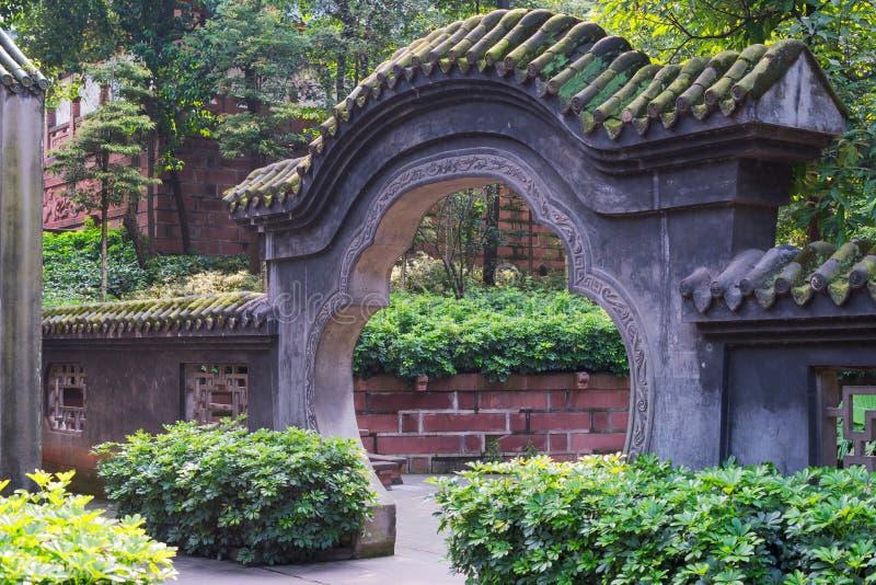 Traditionele steenpoort in een taoist tempel in China stock foto