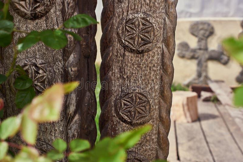 Traditionele symbolen op een houten poort royalty-vrije stock fotografie