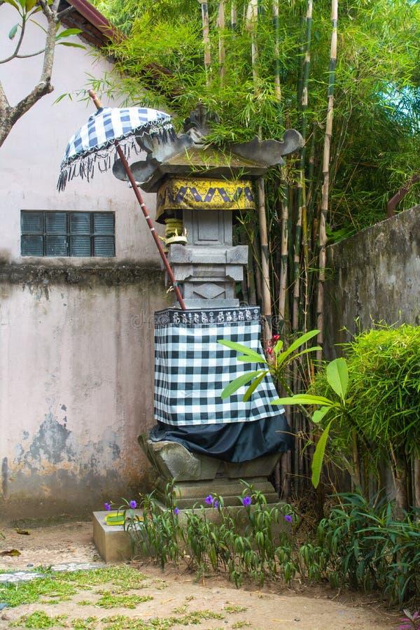 Traditionele Tempelafwijking met de Zwart-witte Stof van het Controleurspatroon en onder Paraplu en Bamboeboom stock foto's
