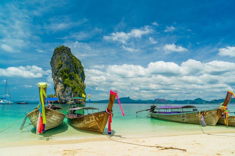 Traditionele Thai die Lange Staartboot op de kust van Ao Nang vissen royalty-vrije stock afbeelding