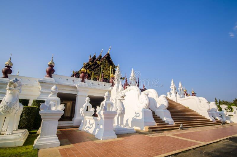 Traditionele Thaise architectuur in de Lanna-stijl bij chiangmai, Thailand stock foto