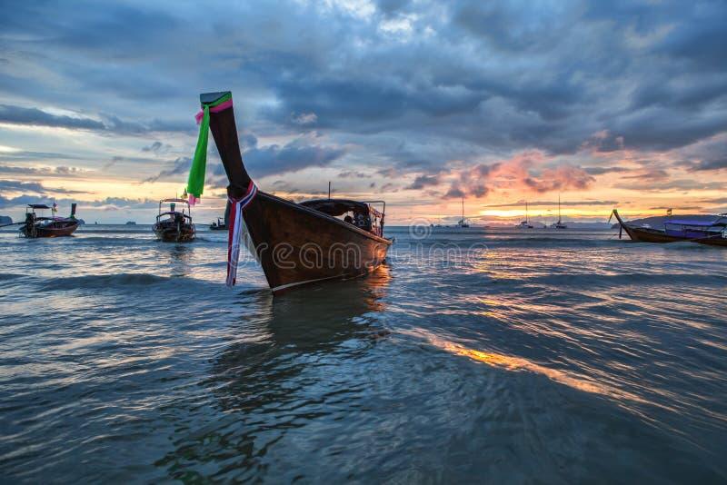 Traditionele Thaise boot bij zonsondergangstrand royalty-vrije stock afbeelding