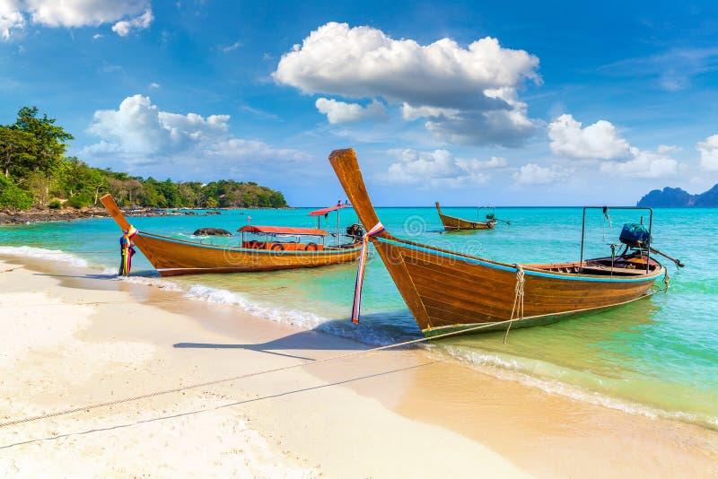Traditionele Thaise boot op Phi Phi Don stock afbeeldingen