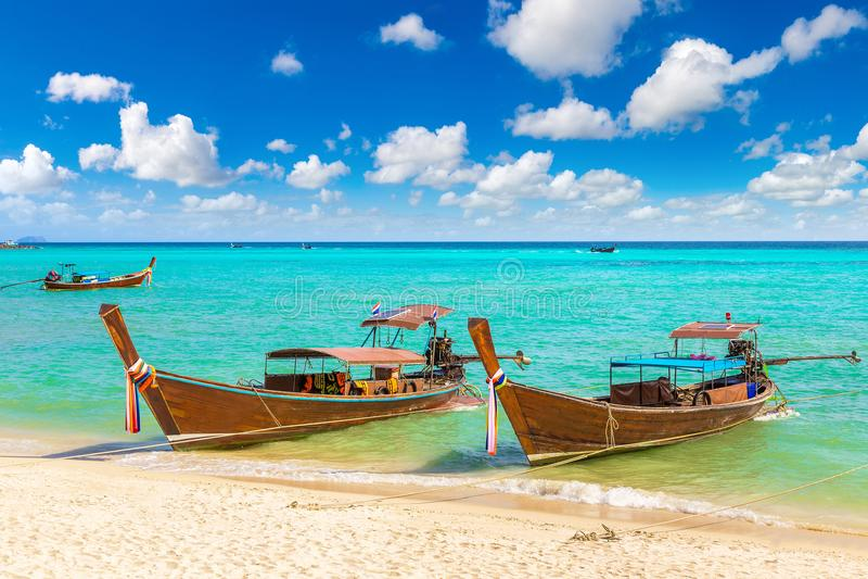 Traditionele Thaise boot op Phi Phi Don royalty-vrije stock afbeeldingen