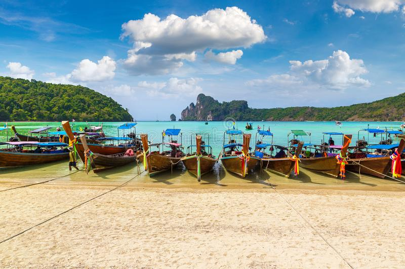 Traditionele Thaise boot op Phi Phi Don stock foto's