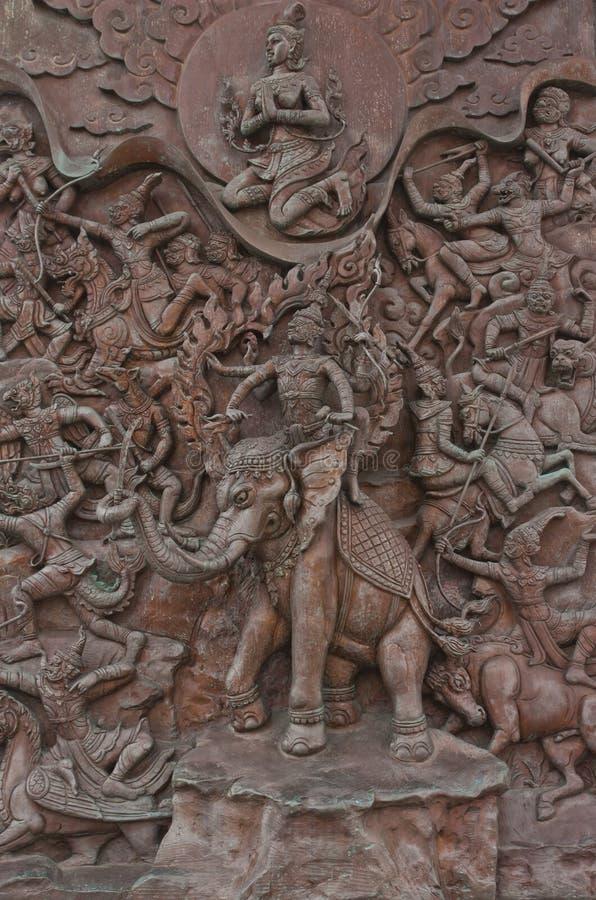 Traditionele Thaise het standbeeldplaat van het stijl oude ijzer in wat traimitr verstand stock fotografie