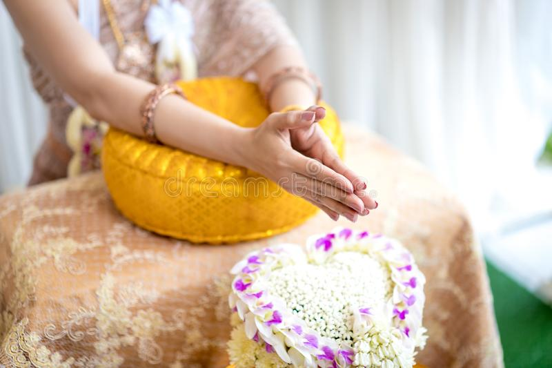 Traditionele Thaise huwelijksceremonie in luxe uitstekend kostuum en huwelijksmateriaal ter plaatse stock foto