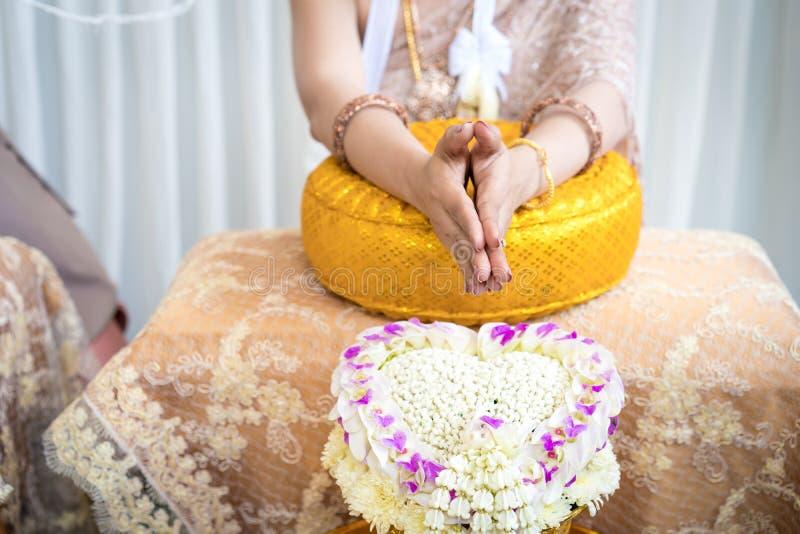 Traditionele Thaise huwelijksceremonie in luxe uitstekend kostuum en huwelijksmateriaal ter plaatse stock foto's