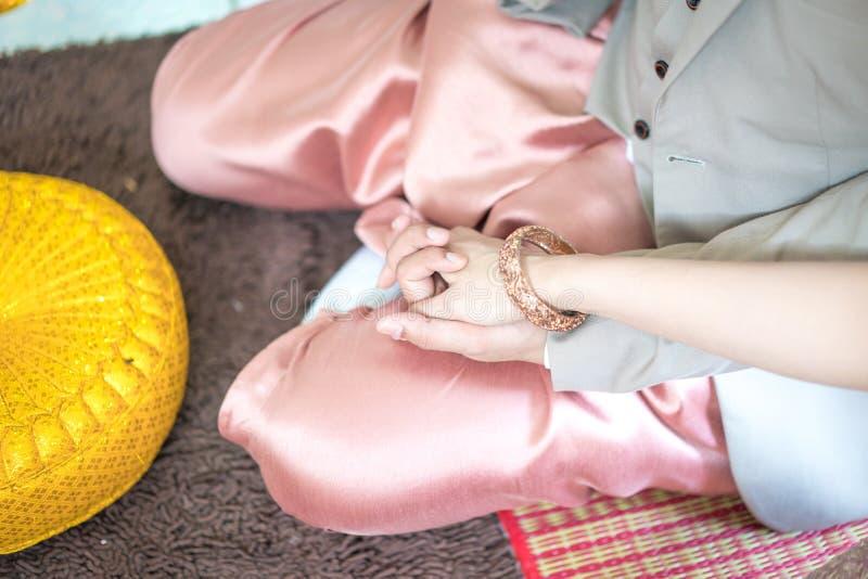 Traditionele Thaise huwelijksceremonie in luxe uitstekend kostuum en huwelijksmateriaal ter plaatse stock afbeeldingen