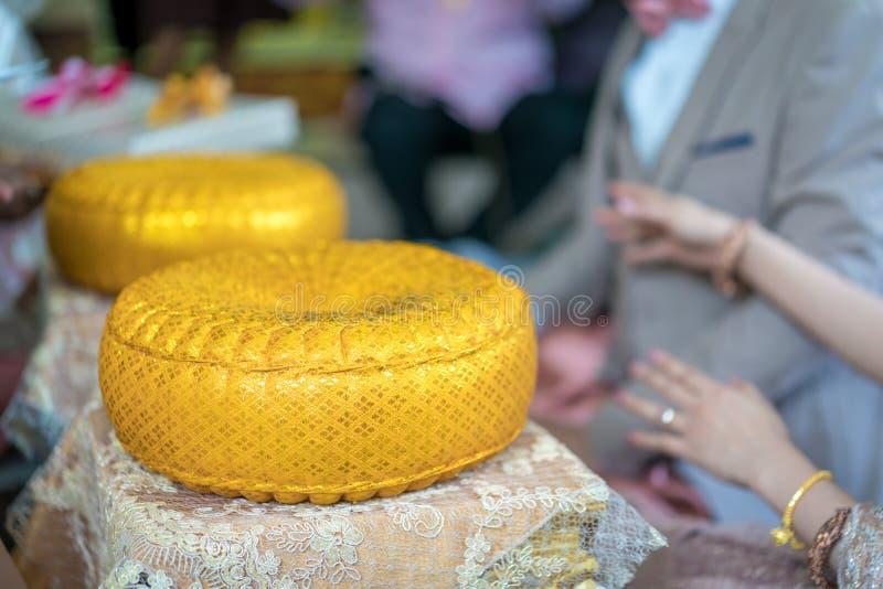 Traditionele Thaise huwelijksceremonie in luxe uitstekend kostuum en huwelijksmateriaal ter plaatse royalty-vrije stock afbeelding