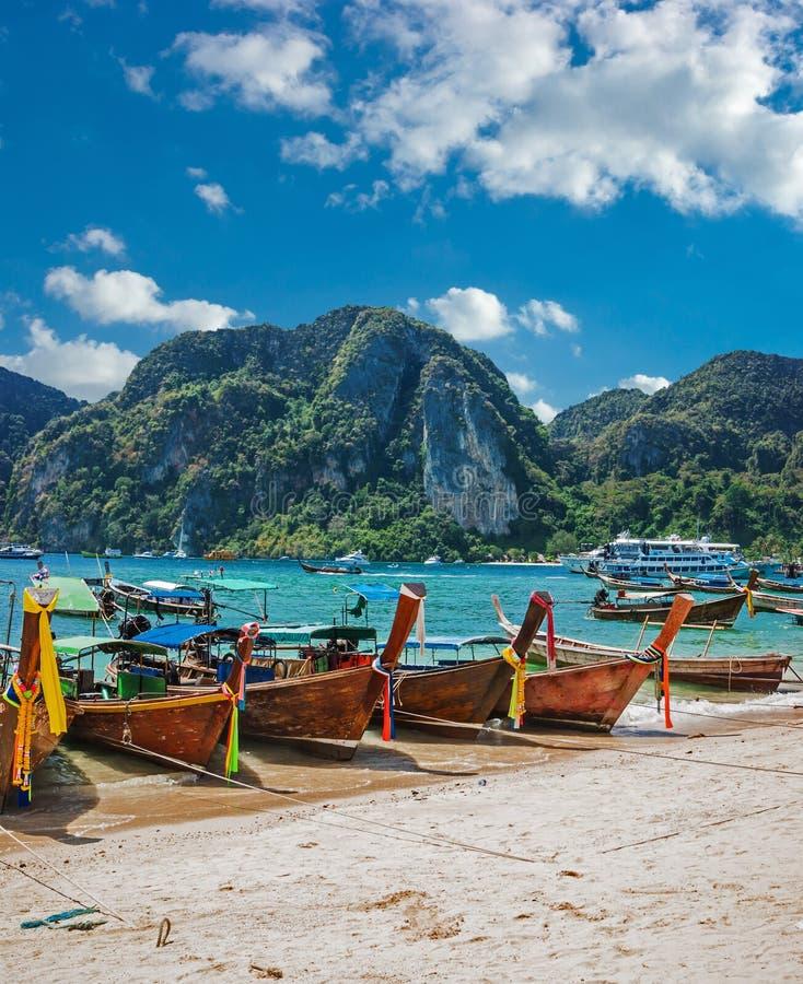 Long Beach Koh Phi Phi: Thaise Longtailboot Stock Foto. Afbeelding Bestaande Uit