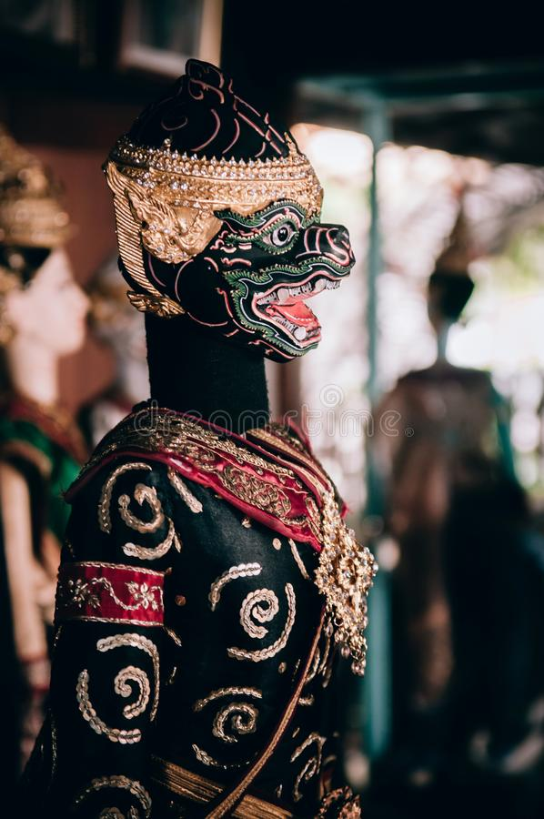 Traditionele Thaise marionettenpop met elegant kostuum op donkere backgr royalty-vrije stock foto's