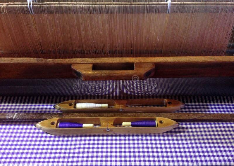 Traditionele Thaise wevend weefgetouw en pendel voor textielproductie stock foto