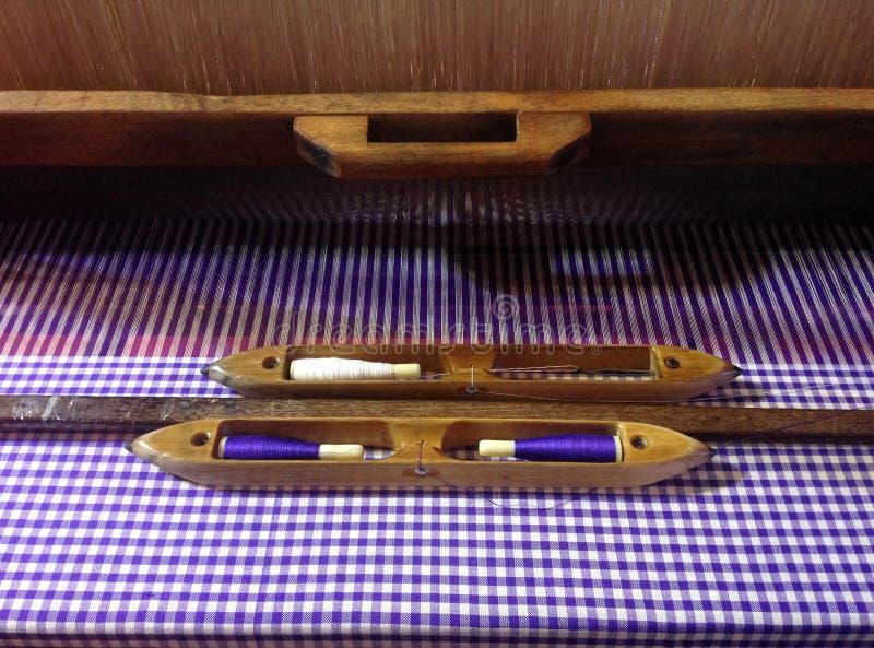 Traditionele Thaise wevend weefgetouw en pendel voor textielproductie stock foto's
