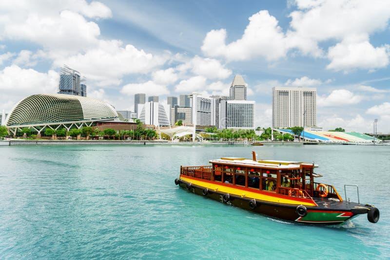 Traditionele toeristenboot die langs Marina Bay, Singapore varen royalty-vrije stock foto