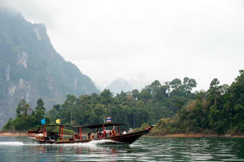 Traditionele toeristenboot in het meer van Cheow Larn, Thailand stock afbeeldingen
