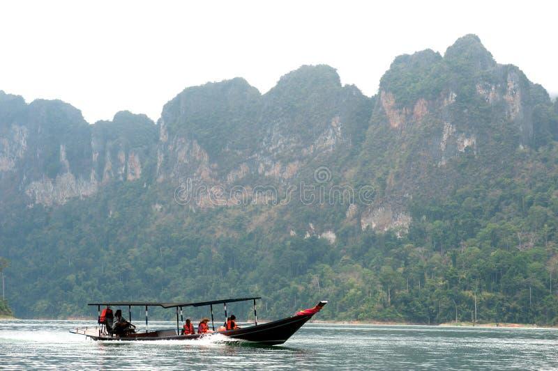 Traditionele toeristenboot in het meer van Cheow Larn, Thailand royalty-vrije stock foto