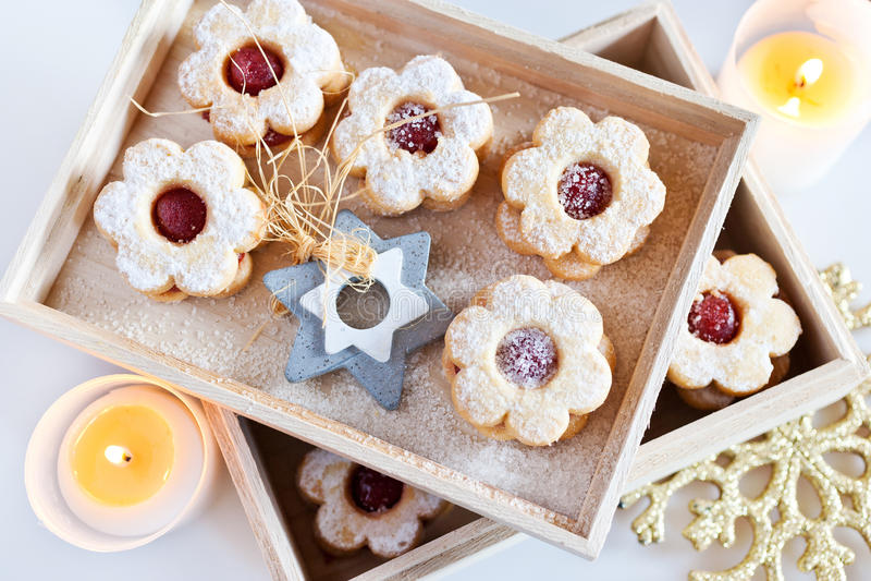 Traditionele Tsjechische Kerstmis - snoepjes die bakken - Linzer-koekjes stock foto's