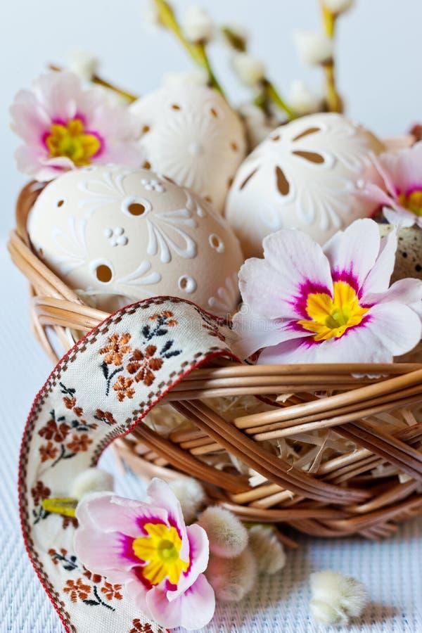 Traditionele Tsjechische Pasen-decoratie - witte geperforeerde kanten eieren stock fotografie