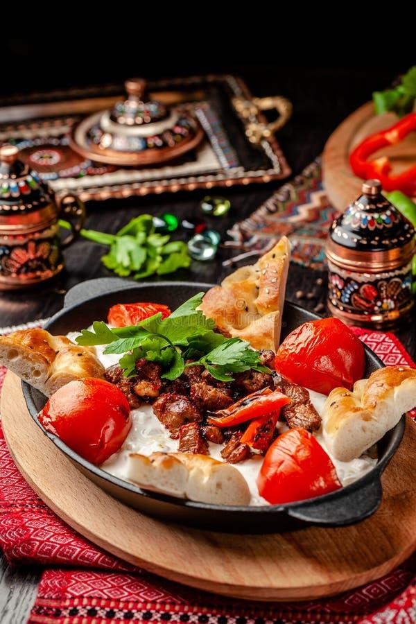 Traditionele Turkse, Arabische keuken Ali Nazik Kebab Gehakt lam met aubergine, yoghurt en knoflook Ottomanevoedsel Dienende scho stock foto's