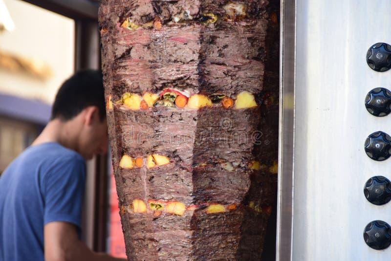 Traditionele Turkse donerkebab op een hitte, in openlucht stock foto's