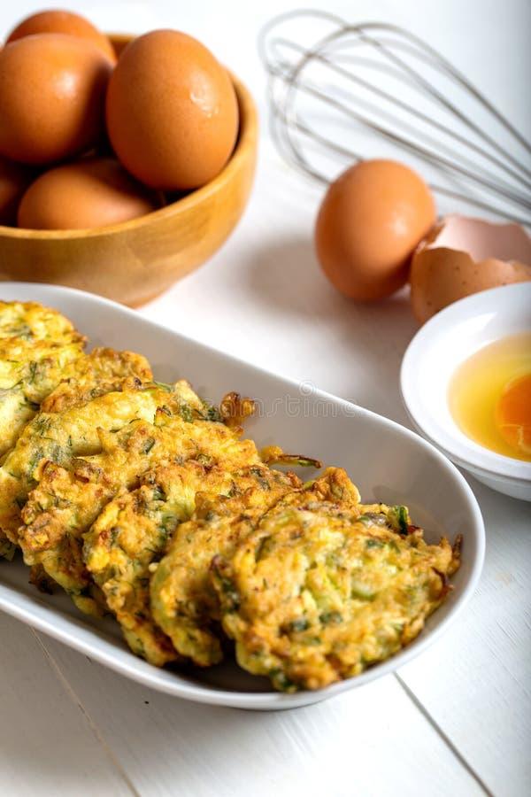 Traditionele Turkse/Griekse maaltijd; Courgette mucver stock afbeeldingen