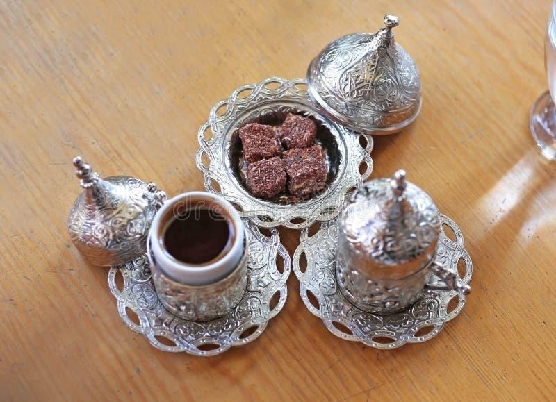 Traditionele turkse koffie en turkse lekkernij op houten tafel stock foto
