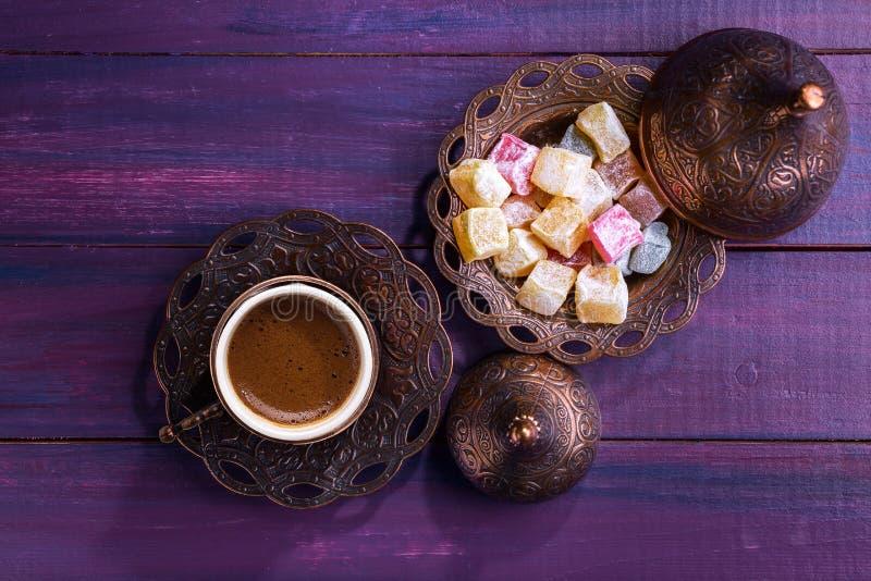Traditionele Turkse koffie en Turkse verrukking op donkere violette houten achtergrond Vlak leg stock afbeeldingen