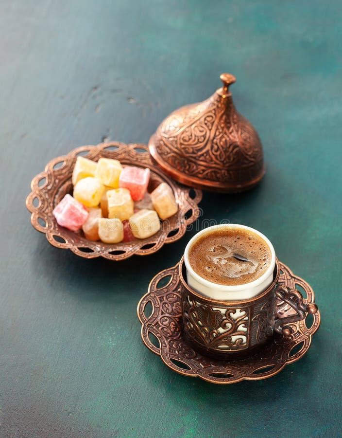 Traditionele Turkse koffie en Turkse verrukking op donkergroene houten achtergrond stock fotografie