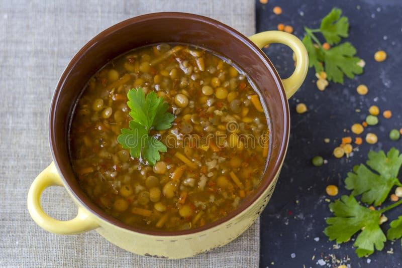 Traditionele Turkse linzesoep Eigengemaakte vegetarische soep met linze royalty-vrije stock foto