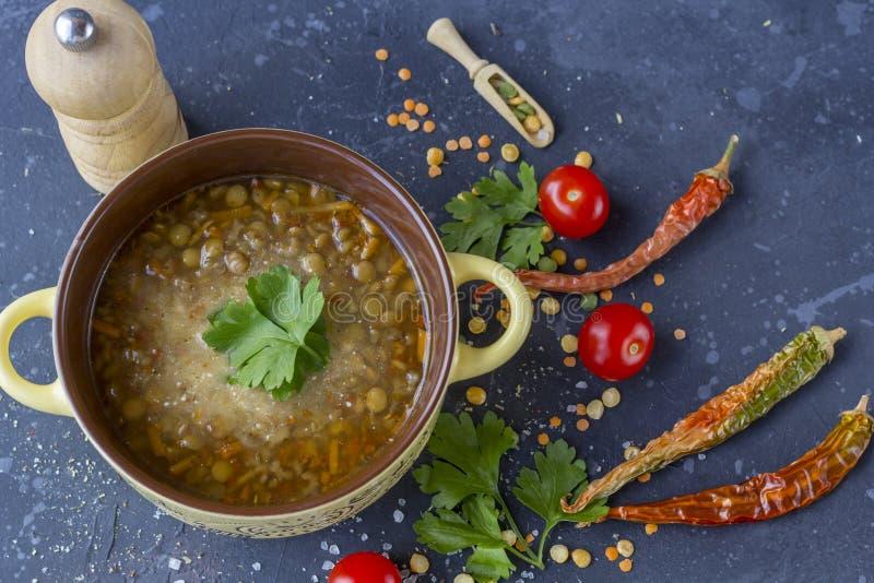Traditionele Turkse linzesoep Eigengemaakte vegetarische soep met linze stock fotografie