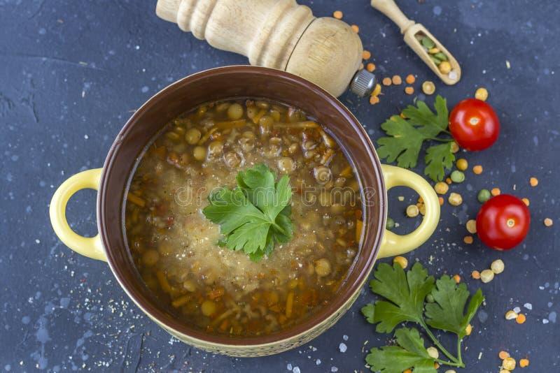 Traditionele Turkse linzesoep Eigengemaakte vegetarische soep met linze stock foto