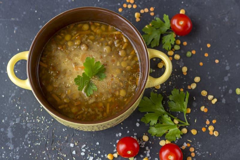 Traditionele Turkse linzesoep Eigengemaakte vegetarische soep met linze royalty-vrije stock fotografie