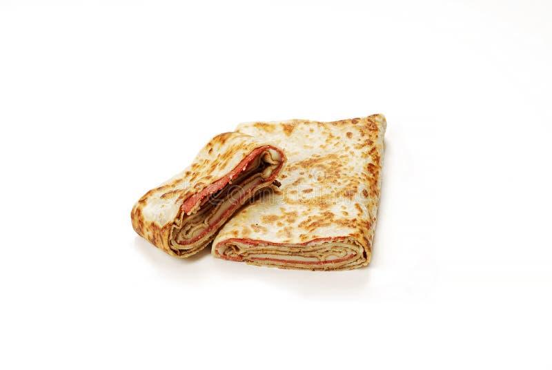 Traditionele Turkse maaltijd Gozleme met salami en kaas stock afbeelding