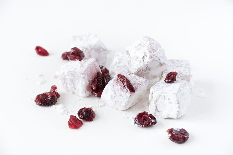 Traditionele Turkse snoepjes met Amerikaanse veenbessen op een witte achtergrond royalty-vrije stock afbeelding
