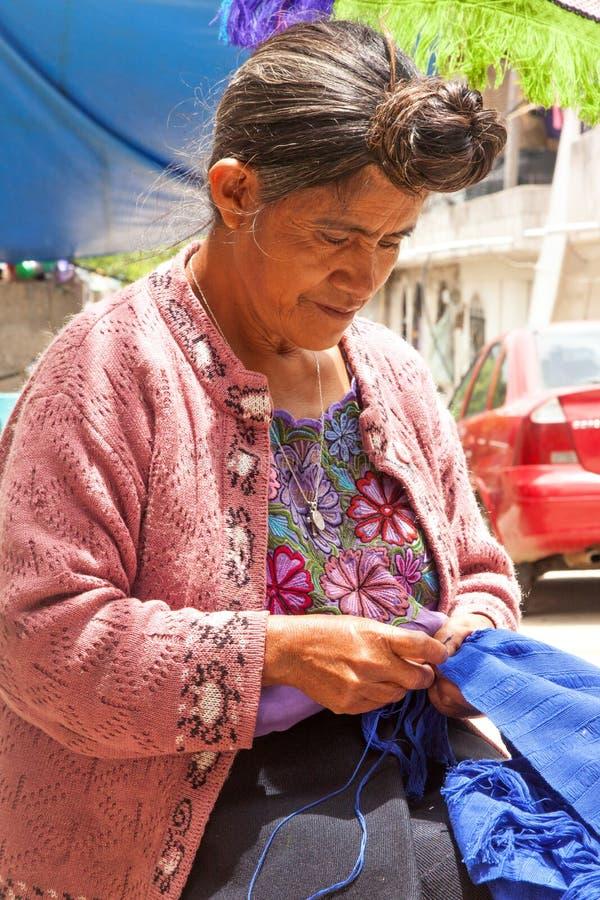 Traditionele Tzotzil-Vrouw bij het naaien stock afbeelding