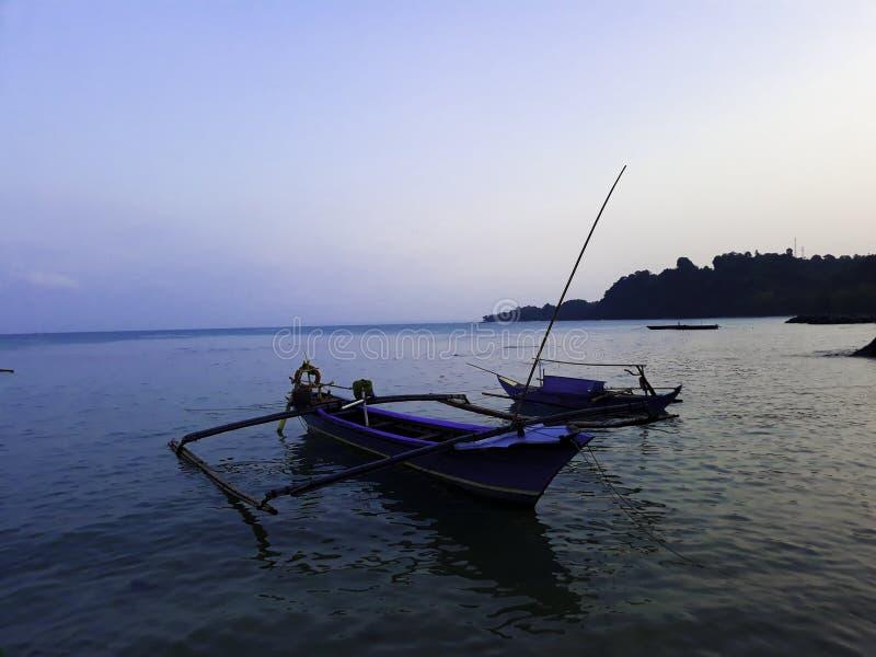 Traditionele varende houten boot op het waterparkeren bij de haven in de zomervakantie in Lampung, Indonesië royalty-vrije stock afbeelding