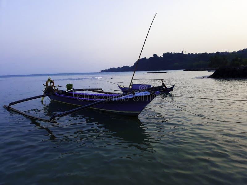 Traditionele varende houten boot op het waterparkeren bij de haven in de zomervakantie in Lampung, Indonesië stock afbeeldingen