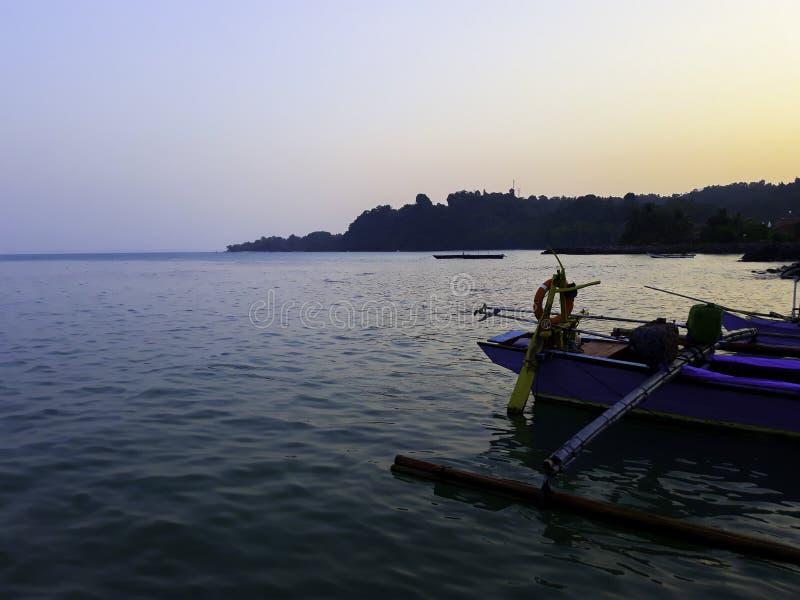 Traditionele varende houten boot op het waterparkeren bij de haven in de zomervakantie in Lampung, Indonesië royalty-vrije stock foto's