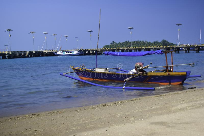 Traditionele varende houten boot op het waterparkeren bij de haven in de zomervakantie in Lampung, Indonesië stock fotografie