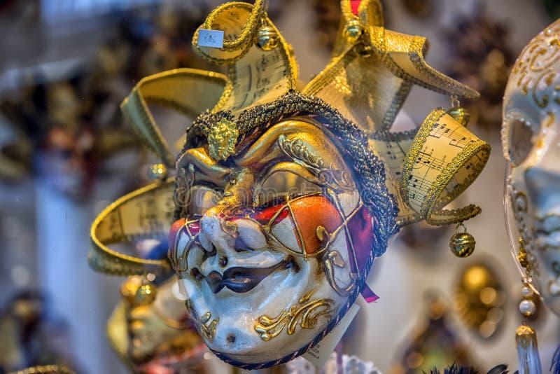 Traditionele Venetiaanse maskers bij rolgordijn stock afbeelding