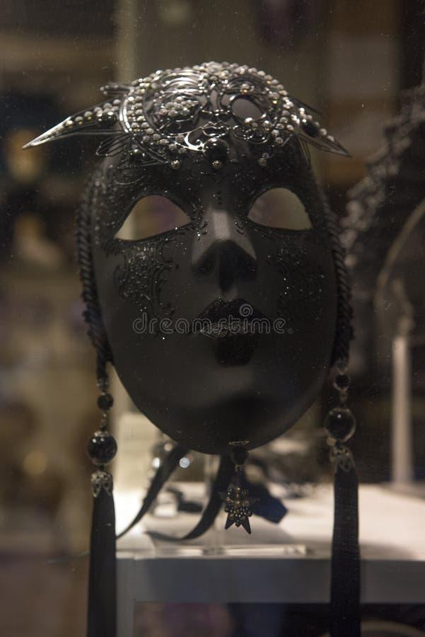 Traditionele Venetiaanse maskers bij rolgordijn stock foto's