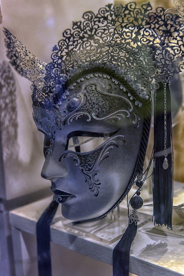 Traditionele Venetiaanse maskers bij rolgordijn royalty-vrije stock afbeeldingen