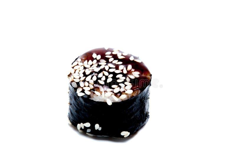 Traditionele verse Japanse die sushibroodjes op witte achtergrond worden ge?soleerd stock afbeeldingen