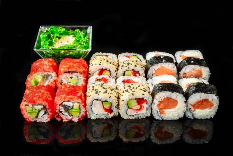 Traditionele verse Japanse sushibroodjes op een zwarte achtergrond royalty-vrije stock fotografie