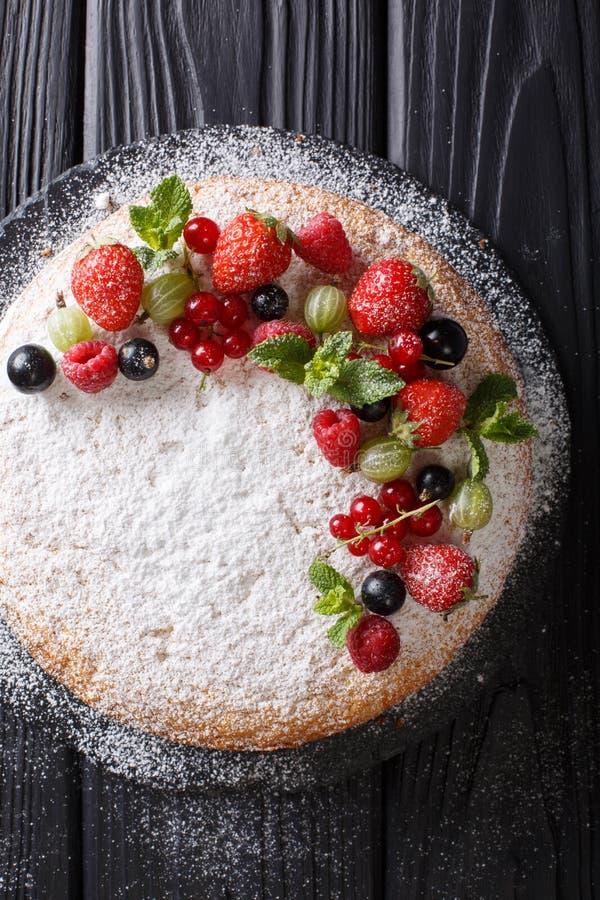 Traditionele Victoria-sandwichcake met verse bessen en munt c royalty-vrije stock foto