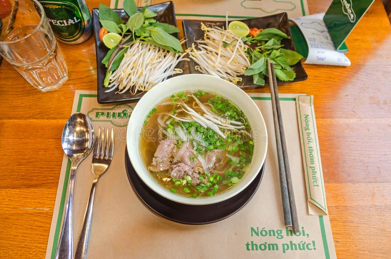 Traditionele Vietnamese schotel Pho - noedelsoep met vlees, taugé en verse kruiden royalty-vrije stock afbeelding