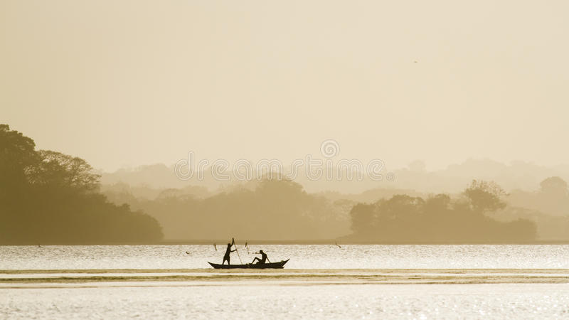 Traditionele visser in Arugam-baailagune, Sri Lanka royalty-vrije stock afbeelding